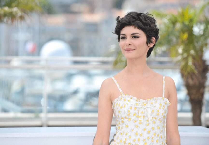 Dans sa tenue estivale, elle fait briller le soleil à Cannes
