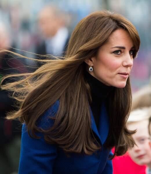 Kate porte les boucles d'oreilles ornées de saphir assorties à sa bague de fiançailles