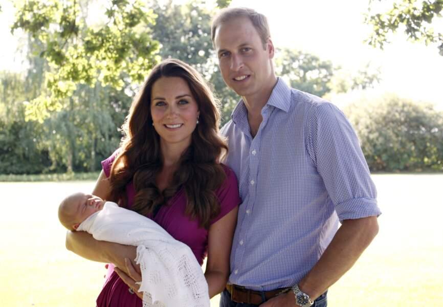 Sur cette photo officielle prise par le père de Kate, la petite famille ne peut être plus heureuse