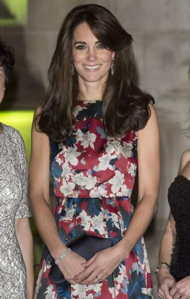 Kate radieuse avec les boucles d'oreilles saphir et diamants de Queen Mum