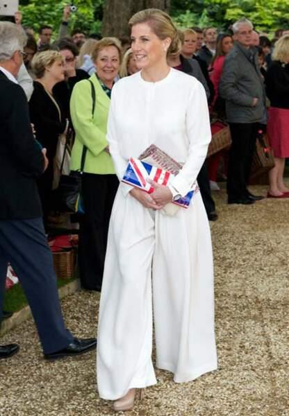 Blanc immaculé et clutch aux couleurs de l'Union Jack pour le pique-nique du Jubilé de Diamant, l'an dernier