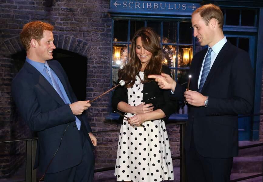 Enceinte, avec les princes William et Harry, durant une visite des studios Harry Potter, le 26 avril 2013