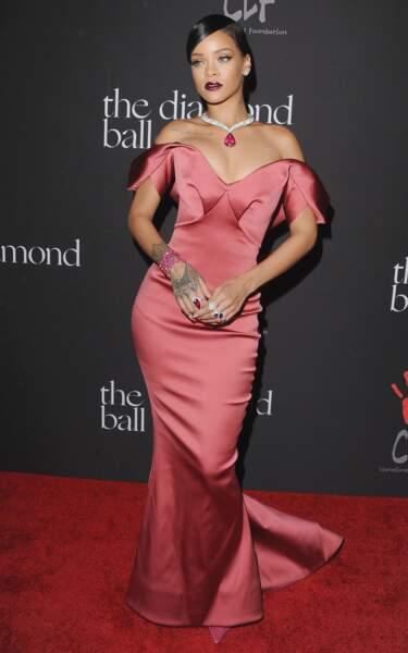 Rihanna glamourise ce décolleté en soirée