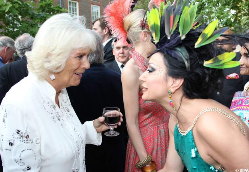 Camille est fasciné par le chapeau de cette dame