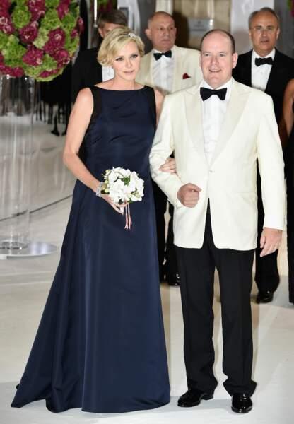 Enceinte de cinq mois, Charlène choisit une robe Dior bleu nuit pour le Gala de la Croix Rouge en août 2014