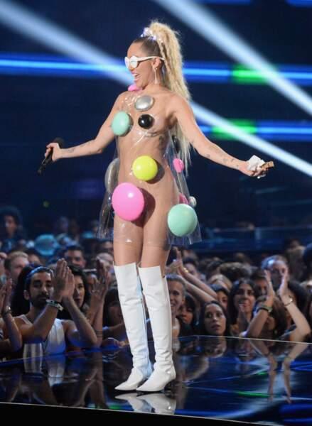 Miley Cyrus et sa tenue acidulée (et dénudée)
