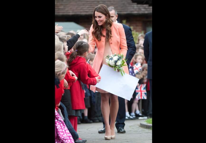 29 avril 2013 - La duchesse détonne avec son manteau pêche Tara Jarmon