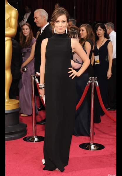 Olivia Wilde, dont le petit ventre est apparent, est habillée en Prada
