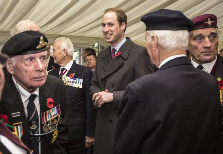 A l'issue de la cérémonie, le prince William rencontre des vétérans de la guerre de Corée