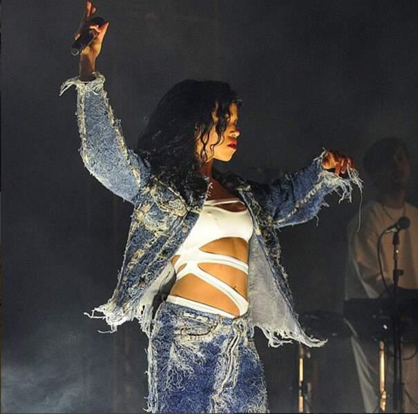 Rihanna porte le slashkini sur scène, à l'aise.