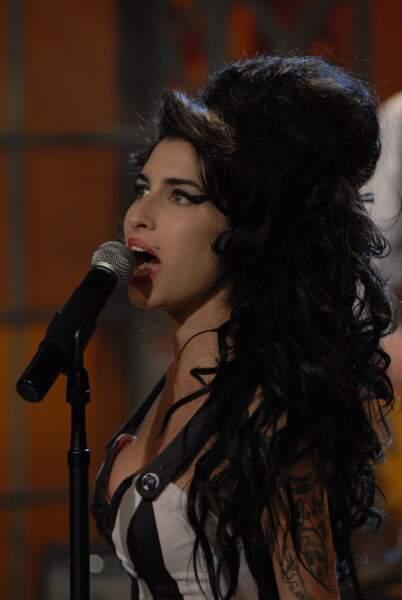 Une coiffure tout en volume dont Amy Winehouse s'inspire librement