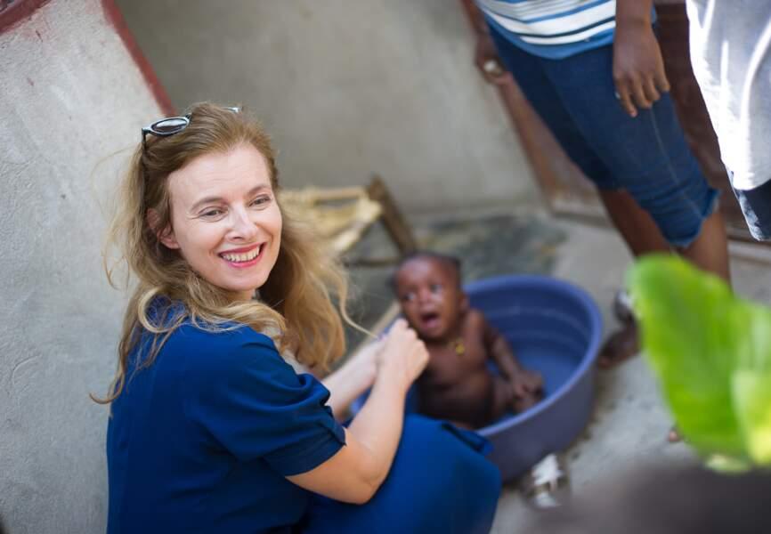 Valérie Trierweiler aide même à donner le bain