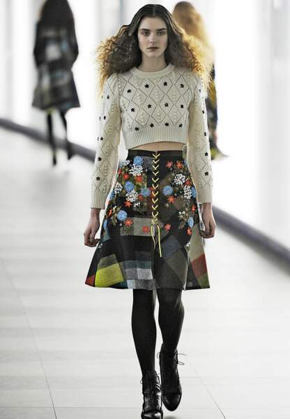 Pull tricot, jupe en laine patchwork chez Preen by Thornton
