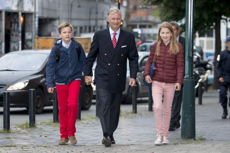Philippe de Belgique est un papa heureux entouré de ses deux aînés