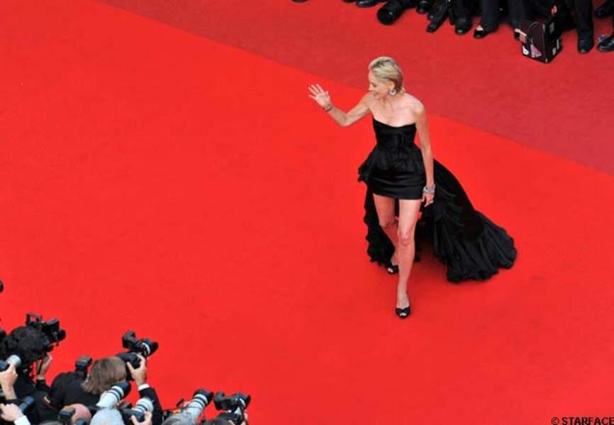 En 2009, Sharon Stone vampe la Croisette en Balmain pour le film Inglorious Basterd