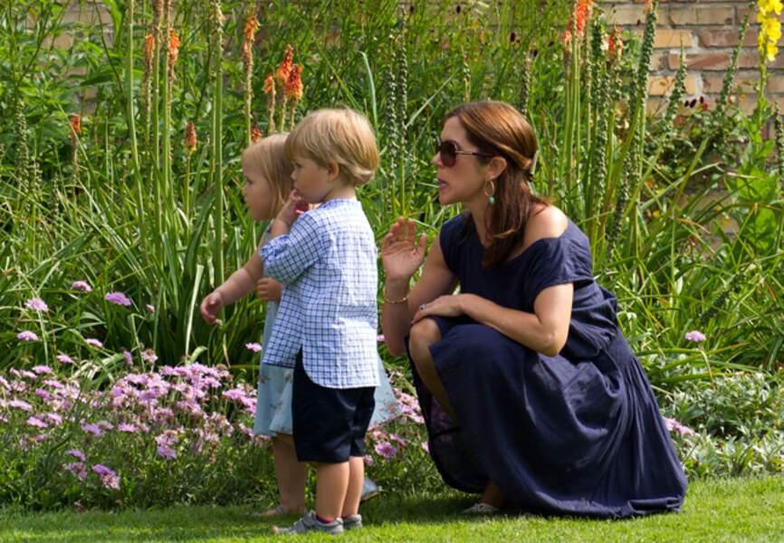 Mary en vacances d'été avec ses jumeaux au Palais de Grasten (juillet 2013)