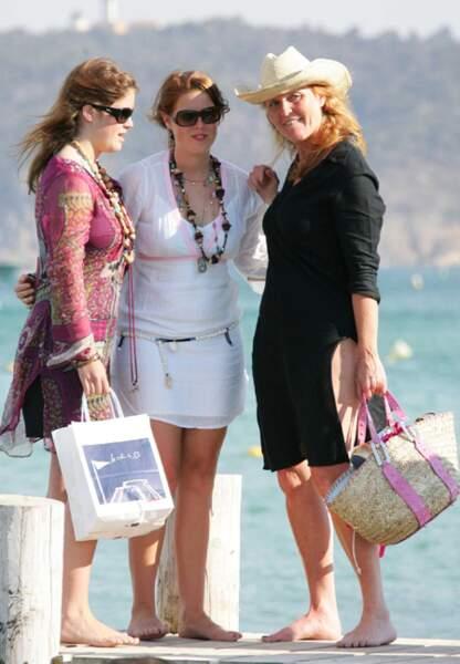 En août 2005, Eugénie et Béatrice aux côtés de leur maman