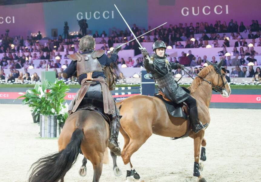 Surprise de la soirée, le cascadeur Mario Luraschi défie Guillaume Canet sur la piste du Gucci Paris Masters