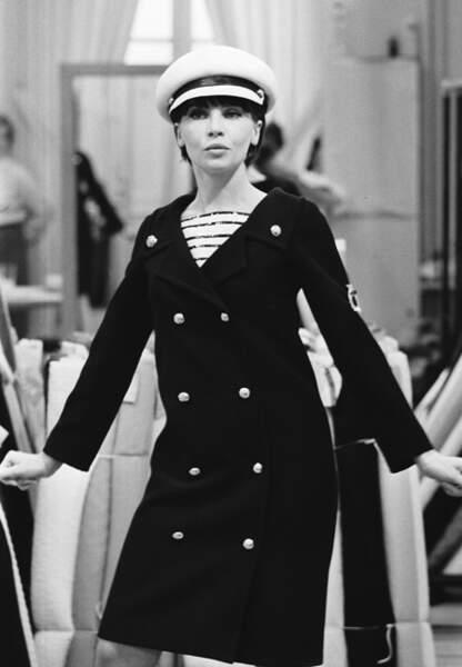 Leslie Caron en total-look marin Yves Saint Laurent