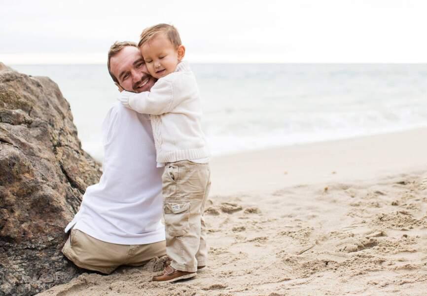 Le petit Kiyoshi fait un câlin à son papa Nick Vujicic