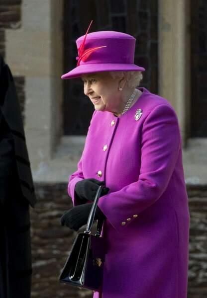 La reine Elisabeth 2 tout de rose vêtue