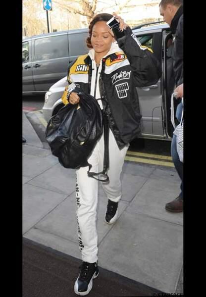 Rihanna sportswear avec ses Air Jordan 12 «Playoff»