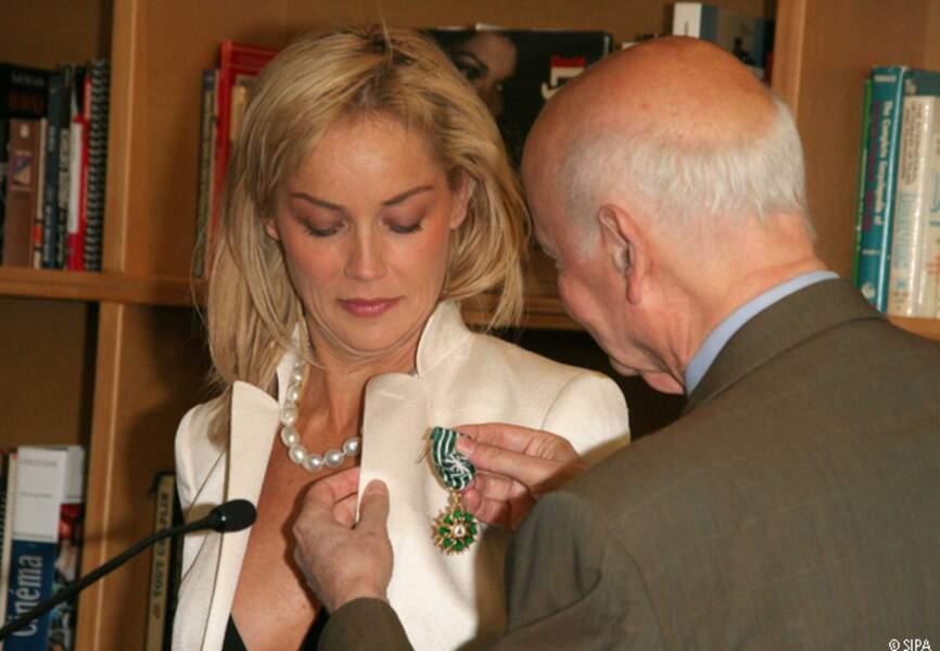 Sharon Stone reçoit les insignes d'officier des Arts et Lettres par Gilles Jacob en 2005