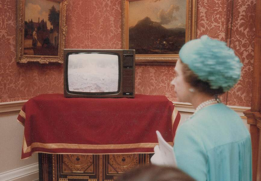 La reine Elisabeth observe la foule en attente