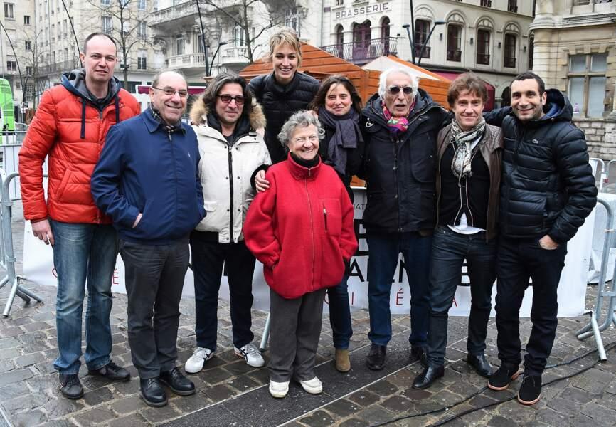 Le jury officiel pose, décontracté, sur la Place d'Armes de Valenciennes