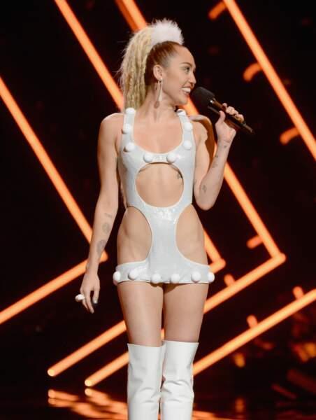 Tenue minimaliste pour Miley