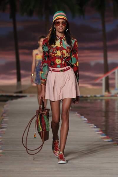 Chemisier à motifs exotiques, jupe sobre et baskets multicolores, osez la démesure contrôlée