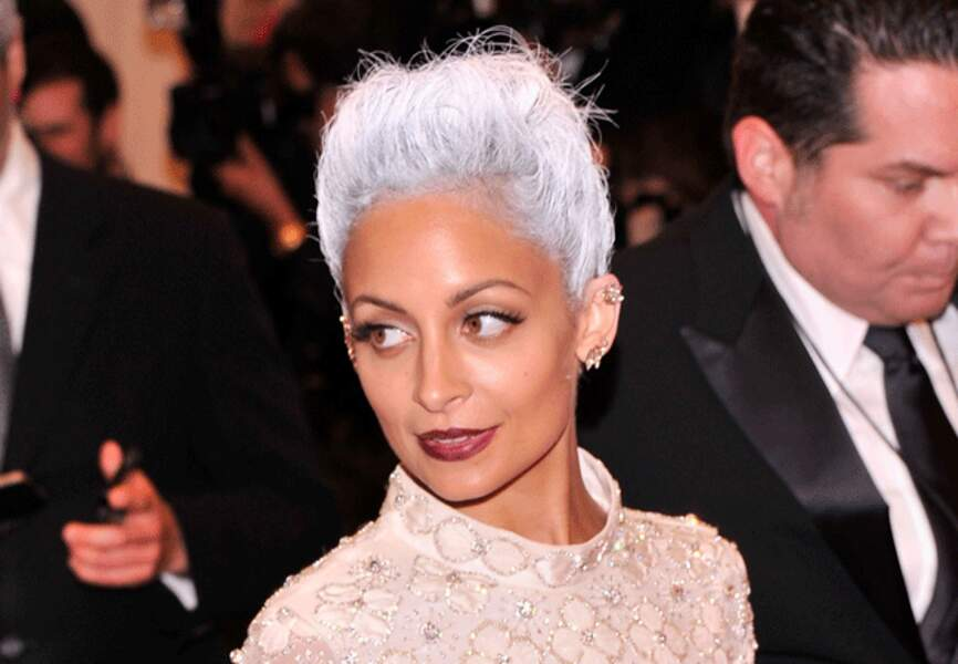 Nicole Richie crée la surpise avec sa chevelure blanche et son make-up dark