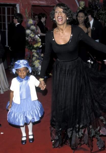 Bobbi Kristina est habituée aux tapis rouges dès son plus jeune âge. Ici sur celui des Oscars 1999, avec sa maman.