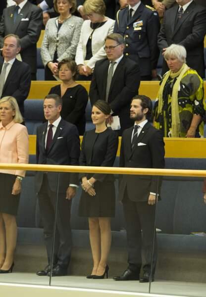 Malgré le protocole, le prince est resté a côté de sa fiancée lors de la messe