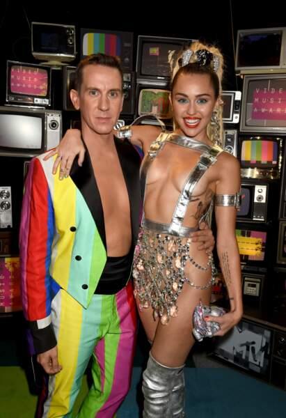 Miley Cyrus et le créateur Jeremy Scott sur le red Carpet
