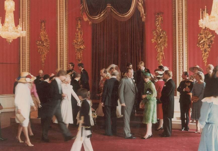 Les jeunes époux rejoignent leurs prestigieux invités