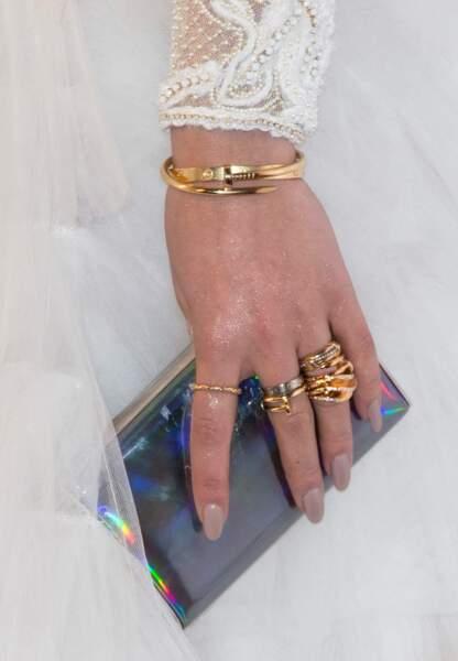 Clutch irisée et accumulation de bijoux bling
