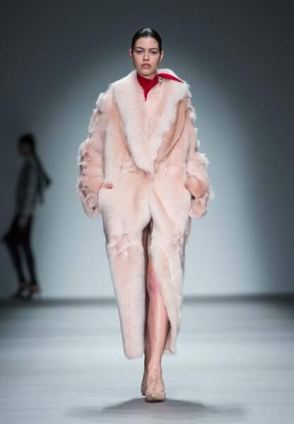 Manteau rose en fourrure chez H by Haakan Yildirim