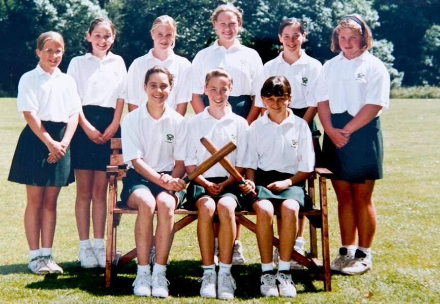 Sportive, elle a beaucoup pratiqué le hockey à l'école St Andrew's (dernier rang, deuxième en partant de gauche)