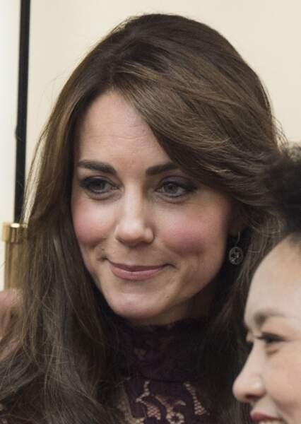 Le 21 octobre, elle choisit les boucles or blanc et diamants Mappin and Webb, modèle Empress