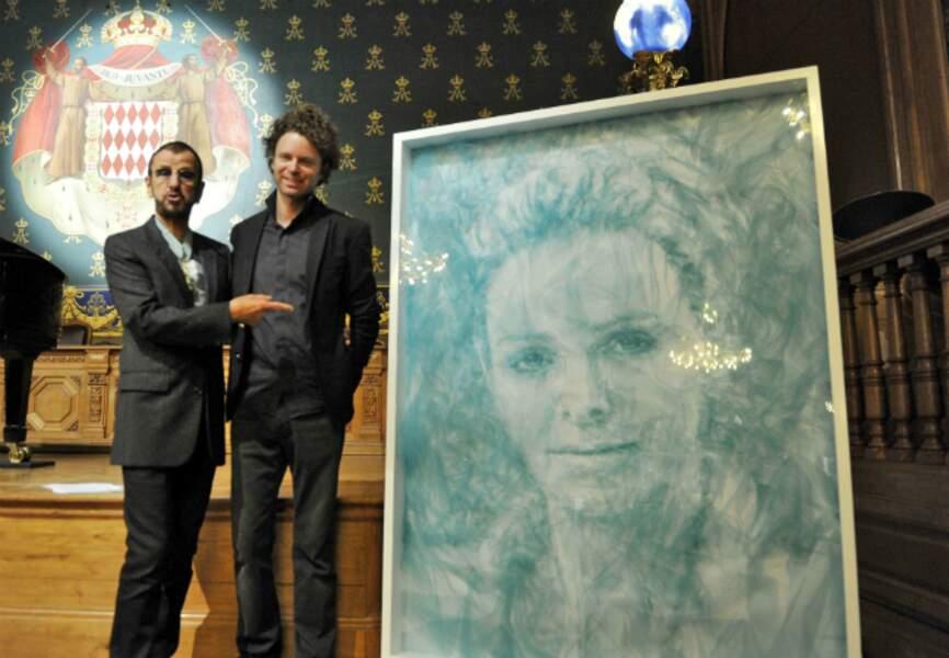 Ringo Starr pose aux côtés de Benjamin Shine, auteur du portrait de la Princesse Charlène de Monaco