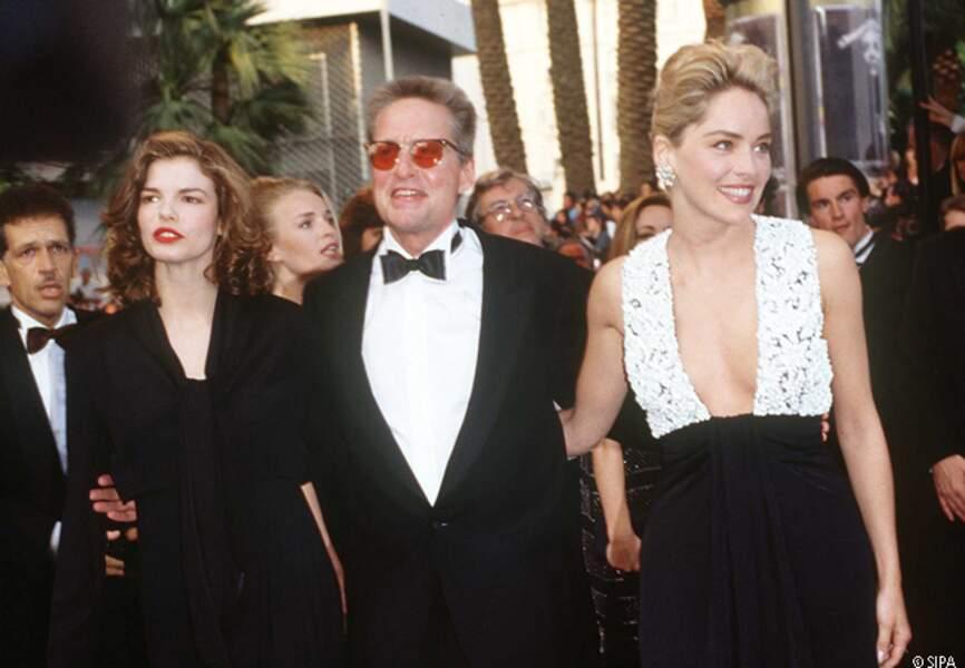Sharon Stone, Michael Douglas et Jeanne Triplehorn montent les marches pour Basic Instinct en 1992