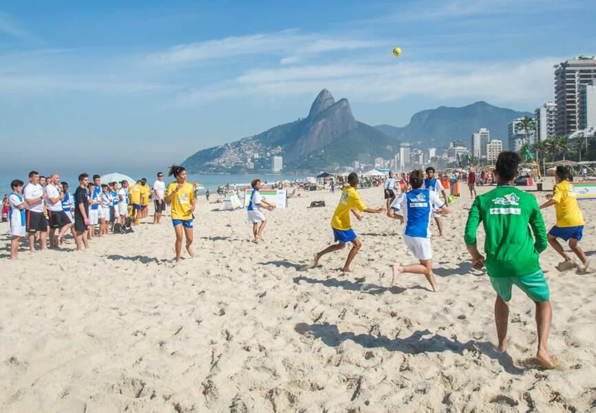15 enfants de l'Académie Bernard Diomède sur la plage de Copacabana