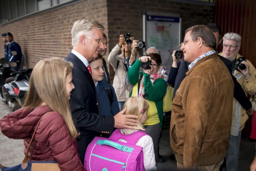 Philippe de Belgique et ses enfants ont été accueillis par les enseignants mais aussi les photographes
