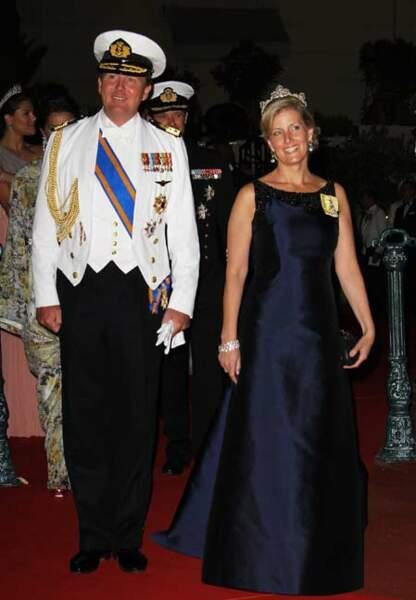 Robe en satin bleu nuit pour le dîner de mariage du prince et de la princesse de Monaco, en juillet 2011