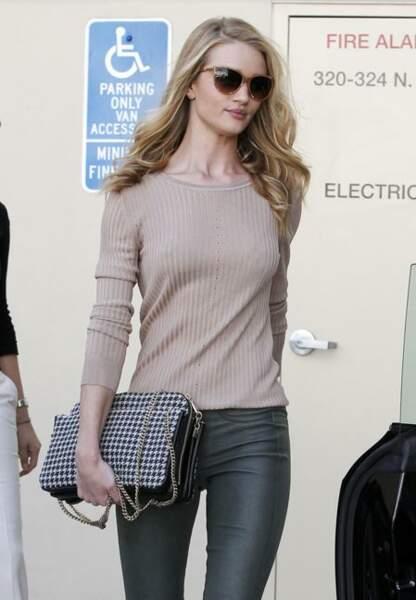 Rosie Huntington-Whiteley et son sac durant une virée shopping.