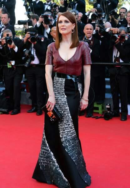 Julianne Moore so cuir en Louis Vuitton, clutch Vuitton et bijoux Chopard