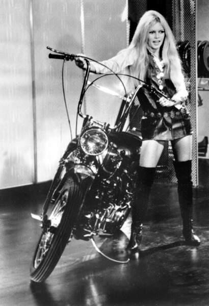 En 1967, notre Brigitte Bardot s'aime en cuissardes Roger Vivier