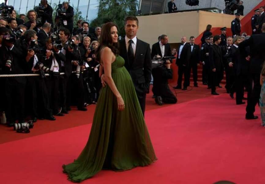 Angelina Jolie sublime ses rondeurs de femme enceinte en Max Azria aux côtés de Brad Pitt (2008)
