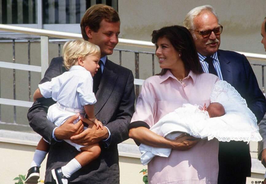 Charlotte dans les bras de Caroline de Monaco à la sortie de la maternité